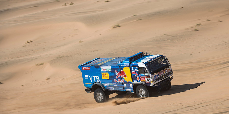Экипаж Николаева потратил 11 минут на 8-м этапе «Дакара» из-за проблем при замене колеса