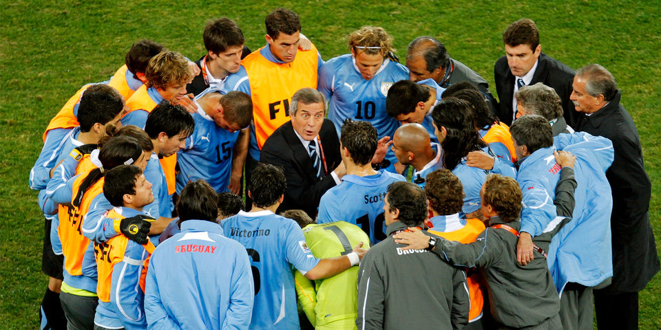 Уругвайцев тренирует волшебник. Он усмирил даже Суареса