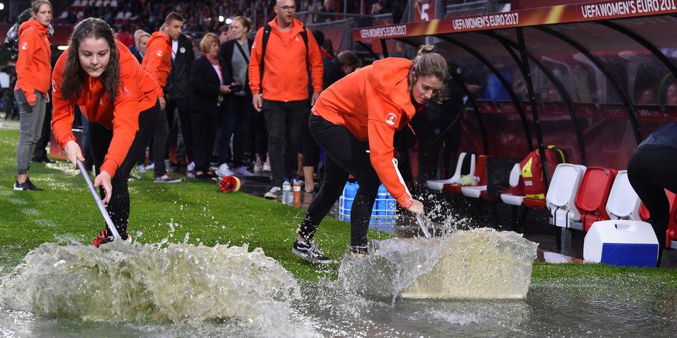 Четвертьфинал женского чемпионата Европы перенесен из-за ливня