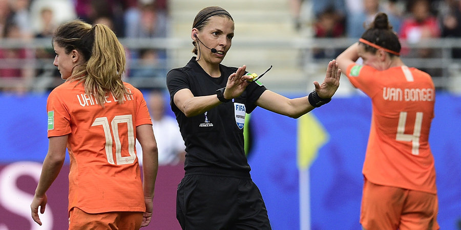 «Если есть страсть к футболу, почему бы не попробовать?» Первая женщина-арбитр в истории топ-турнира