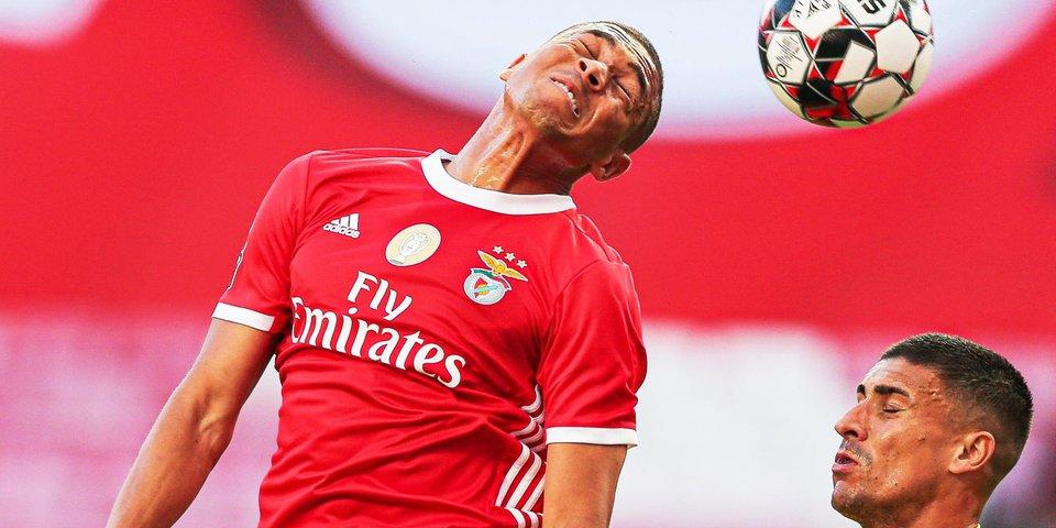 «Бенфика» потеряла очки в матче с «Фамаликау», но сохранила шансы на чемпионство