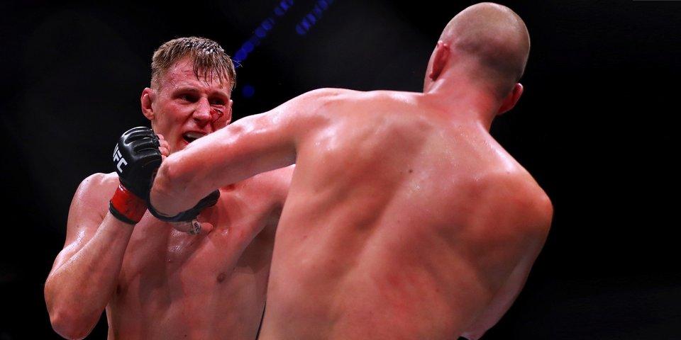 Боец из России впервые выиграл главный бой турнира UFC. Что нужно знать
