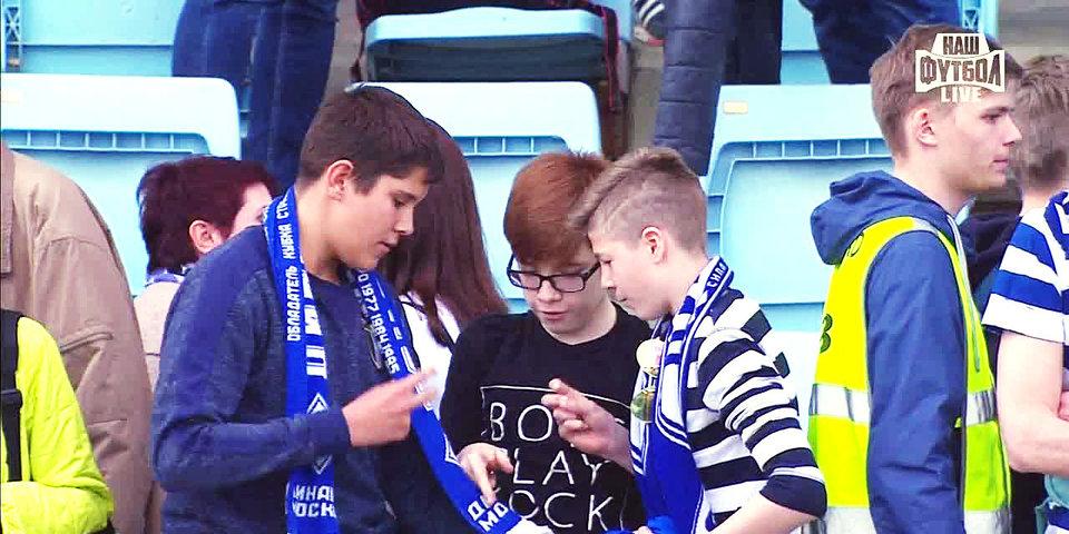 Три маленьких болельщика «Динамо» спорят за футболку Шуньича. Это очень трогательно