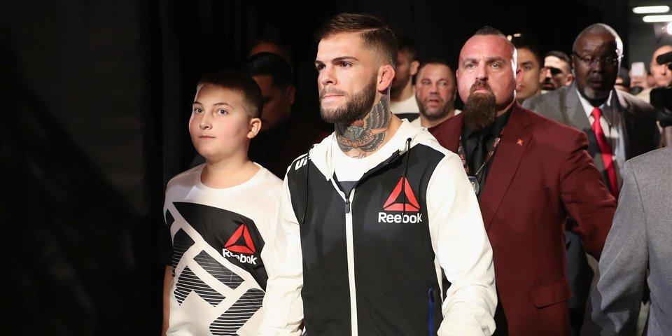 Боец UFC дарит пояс мальчику, который победил страшную болезнь