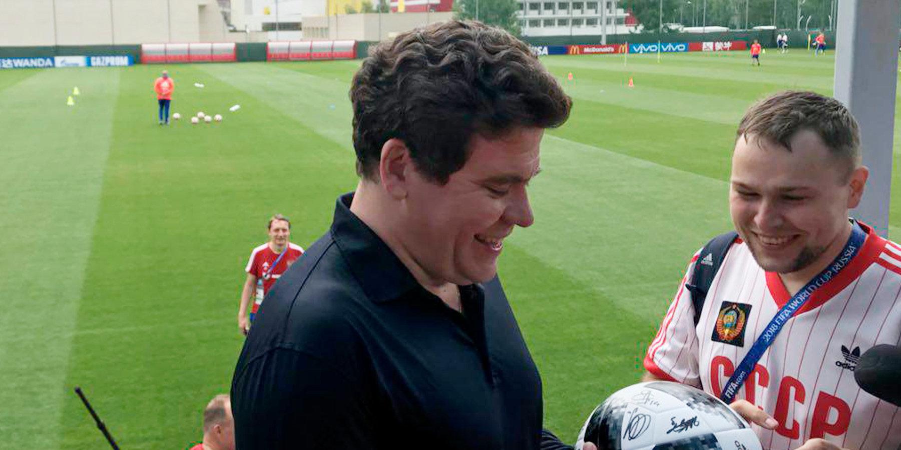 Мацуев подарил футболистам сборной Российской Федерации диск с традиционной музыкой
