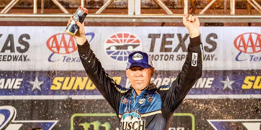 Американец Кевин Харвик выиграл первую гонку в NASCAR после возобновления сезона