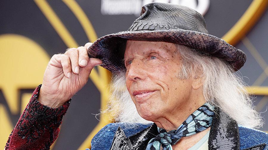 Флиртовал с Мэрилин Монро, сдавал свой дом Рианне, Шараповой и журналу Playboy. Он тратит на посещение матчей 500 тысяч долларов в год