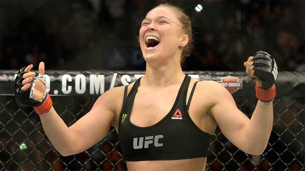 Экс-чемпионка UFC Роузи стала матерью