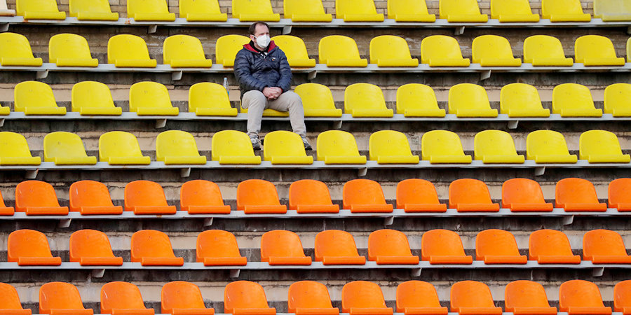 Заполнять стадионы на треть, раздавать бесплатно СИЗ и мерить температуру... Как клубы хотят возобновить РПЛ со зрителями