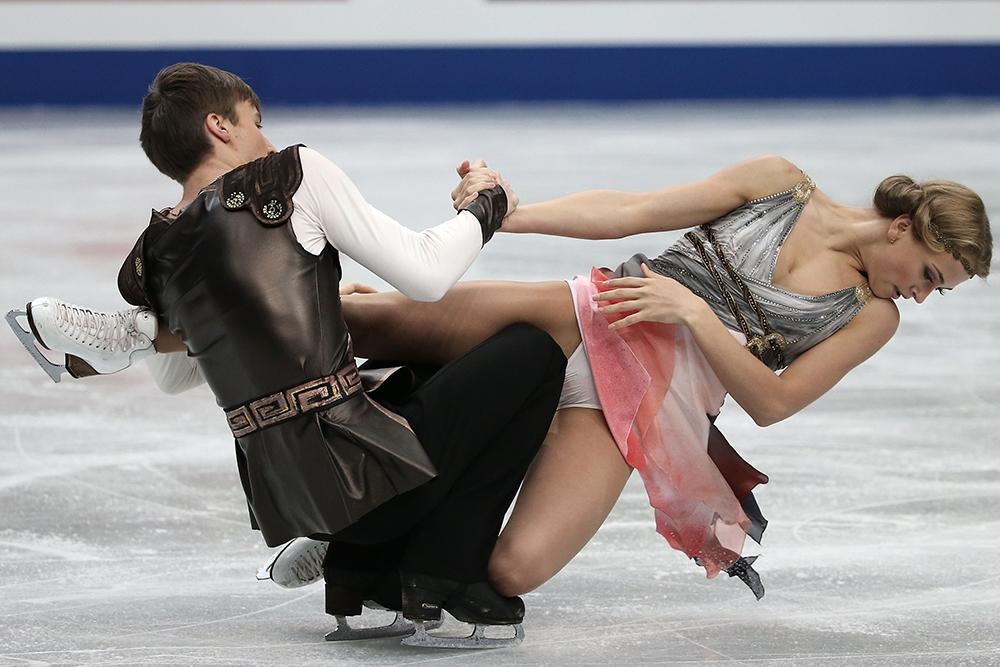 Порно засветы на танцах на льду эротика подругу отъебали