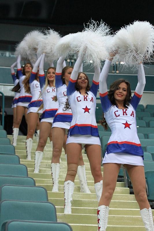После игры игрока и девушку из группы поддержки закрыли в раздевалке фото 194-395