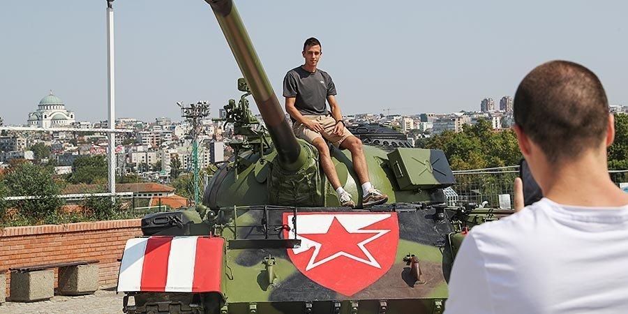 Игроки «Црвены Звезды» проехали по улицам Белграда на танке