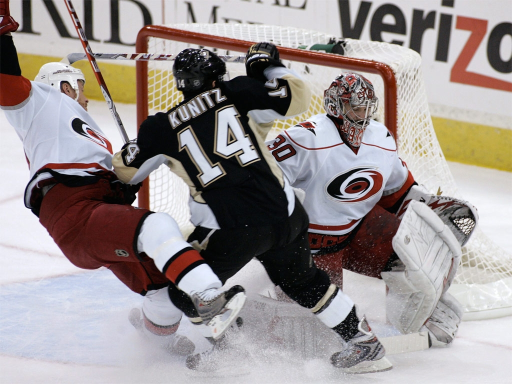 hockey descriptive essay I'm in college, and i have to write an essay it can be either descriptive or narrative i already have a place picked out (a hockey game) for a descriptive essay.