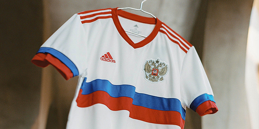 Блогерша примерила футболку сборной России с юбкой